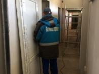 монтажник в процессе установки одной из 7 дверей на подстанции в поселке Янтарный