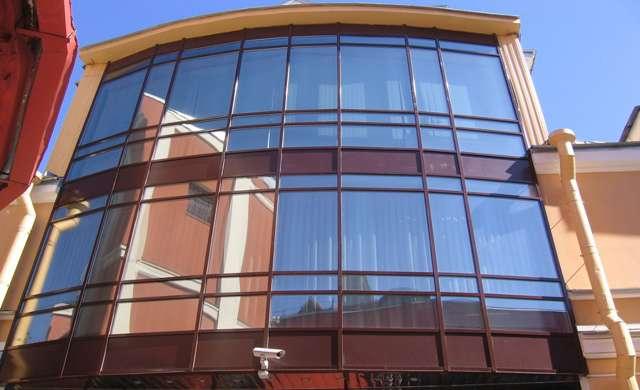 стеклянный фасад в офисном здании